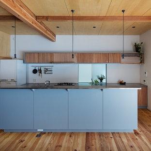 東京23区のインダストリアルスタイルのおしゃれなキッチン (フラットパネル扉のキャビネット、中間色木目調キャビネット、無垢フローリング、茶色い床) の写真