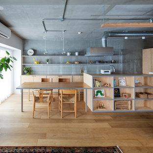 東京23区のインダストリアルスタイルのおしゃれなキッチン (フラットパネル扉のキャビネット、淡色木目調キャビネット、木材カウンター、グレーのキッチンパネル、淡色無垢フローリング、茶色い床) の写真