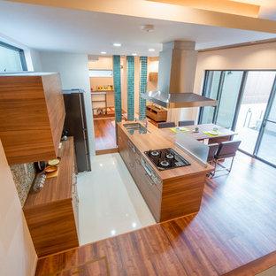 Cette photo montre une cuisine américaine parallèle montagne avec un évier encastré, un placard à porte plane, des portes de placard en bois brun, un électroménager en acier inoxydable, un sol en contreplaqué, 2 îlots et un sol multicolore.