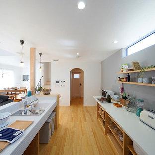 他の地域, の北欧スタイルのおしゃれなキッチン (シングルシンク、オープンシェルフ、淡色無垢フローリング、茶色い床) の写真
