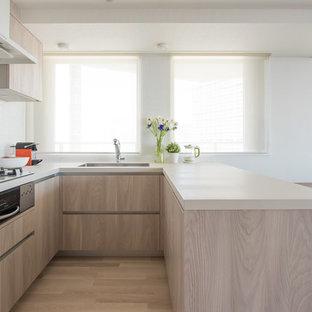 東京23区のコンテンポラリースタイルのおしゃれなキッチン (アンダーカウンターシンク、フラットパネル扉のキャビネット、淡色木目調キャビネット、淡色無垢フローリング、ベージュの床、ベージュのキッチンカウンター) の写真