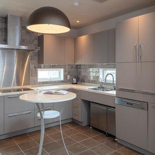 東京23区のヴィクトリアン調のおしゃれなキッチン (シングルシンク、フラットパネル扉のキャビネット、グレーのキャビネット、グレーのキッチンパネル、グレーの床、白いキッチンカウンター) の写真