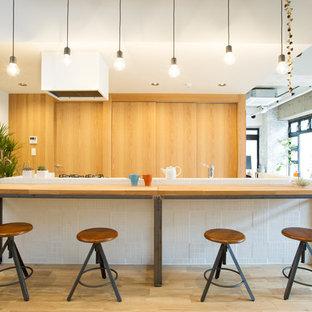 東京23区のインダストリアルスタイルのおしゃれなキッチン (中間色木目調キャビネット、木材カウンター、淡色無垢フローリング、ベージュの床) の写真
