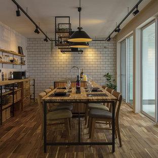 他の地域のインダストリアルスタイルのおしゃれなキッチン (シングルシンク、無垢フローリング、茶色い床) の写真