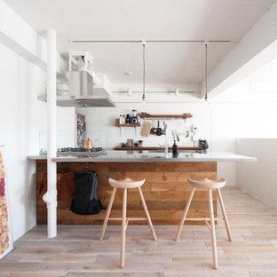 東京23区の北欧スタイルのおしゃれなキッチン (一体型シンク、ステンレスカウンター、塗装フローリング、ベージュの床) の写真