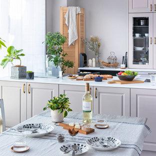 他の地域の北欧スタイルのおしゃれなキッチン (アンダーカウンターシンク、レイズドパネル扉のキャビネット、ベージュのキャビネット、人工大理石カウンター、ベージュキッチンパネル、塗装板のキッチンパネル、パネルと同色の調理設備、クッションフロア、グレーの床、白いキッチンカウンター) の写真