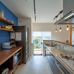 神戸のカントリー風おしゃれなキッチン (シングルシンク、フラットパネル扉のキャビネット、白い床) の写真