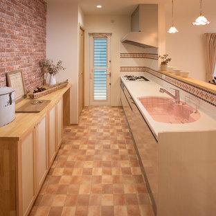 名古屋のアジアンスタイルのおしゃれなキッチン (シングルシンク、落し込みパネル扉のキャビネット、セラミックタイルの床、茶色い床) の写真