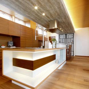 他の地域のアジアンスタイルのおしゃれなキッチン (フラットパネル扉のキャビネット、中間色木目調キャビネット、木材カウンター、無垢フローリング、茶色い床) の写真