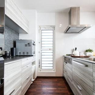 名古屋のコンテンポラリースタイルのおしゃれなキッチン (シングルシンク、フラットパネル扉のキャビネット、グレーのキャビネット、濃色無垢フローリング、茶色い床) の写真