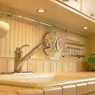 Ejemplo de cocina lineal, clásica, pequeña, sin isla, con fregadero encastrado, armarios con paneles empotrados, puertas de armario blancas, encimera de azulejos y encimeras rosas