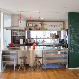 他の地域のインダストリアルスタイルのおしゃれなキッチン (一体型シンク、オープンシェルフ、ステンレスカウンター、無垢フローリング、茶色い床) の写真