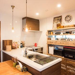 東京23区のカントリー風おしゃれなアイランドキッチン (白いキッチンパネル、ガラス板のキッチンパネル、白いキッチンカウンター) の写真