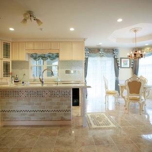他の地域のヴィクトリアン調のおしゃれなキッチン (落し込みパネル扉のキャビネット、白いキャビネット、大理石の床) の写真