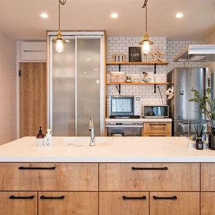他の地域の小さい北欧スタイルのおしゃれなキッチン (一体型シンク、フラットパネル扉のキャビネット、ヴィンテージ仕上げキャビネット、無垢フローリング、茶色い床、人工大理石カウンター、ガラス板のキッチンパネル、白いキッチンカウンター、クロスの天井) の写真