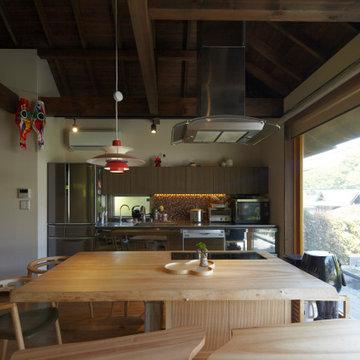 キッチンと造り付けのダイニングテーブル