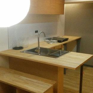 東京23区の和風のおしゃれなキッチン (アンダーカウンターシンク、中間色木目調キャビネット、木材カウンター、白いキッチンパネル、シルバーの調理設備の、クッションフロア、茶色い床、ベージュのキッチンカウンター) の写真