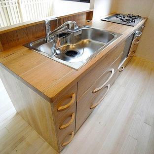 東京23区の大きい和風のおしゃれなキッチン (ドロップインシンク、インセット扉のキャビネット、ベージュのキャビネット、木材カウンター、ベージュキッチンパネル、木材のキッチンパネル、シルバーの調理設備の、淡色無垢フローリング、白い床、ベージュのキッチンカウンター) の写真