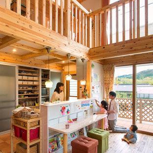 他の地域のアジアンスタイルのおしゃれなキッチン (フラットパネル扉のキャビネット、グレーのキャビネット、無垢フローリング、茶色い床、白いキッチンカウンター) の写真