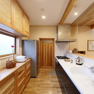 他の地域の北欧スタイルのおしゃれなII型キッチン (一体型シンク、中間色木目調キャビネット、無垢フローリング、白いキッチンカウンター) の写真