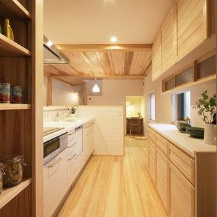 他の地域のカントリー風おしゃれなキッチン (淡色木目調キャビネット、人工大理石カウンター、白いキッチンパネル、モザイクタイルのキッチンパネル、白いキッチンカウンター) の写真