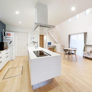 他の地域のモダンスタイルのおしゃれなキッチン (一体型シンク、フラットパネル扉のキャビネット、白いキャビネット、淡色無垢フローリング、ベージュの床) の写真