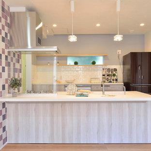 横浜のコンテンポラリースタイルのおしゃれなI型キッチン (アンダーカウンターシンク、フラットパネル扉のキャビネット、白いキッチンパネル、サブウェイタイルのキッチンパネル、シルバーの調理設備) の写真