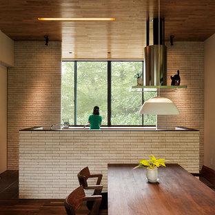 他の地域のアジアンスタイルのおしゃれなキッチン (ベージュキッチンパネル、シルバーの調理設備の、濃色無垢フローリング) の写真