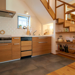 他の地域のアジアンスタイルのおしゃれなI型キッチン (フラットパネル扉のキャビネット、中間色木目調キャビネット、白いキッチンパネル、サブウェイタイルのキッチンパネル、コンクリートの床、アイランドなし) の写真