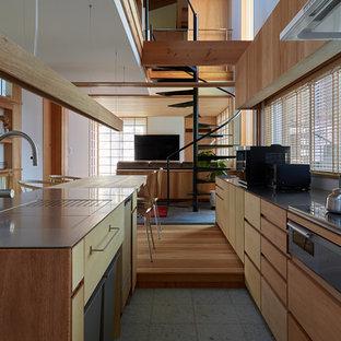 他の地域のアジアンスタイルのおしゃれなキッチン (シングルシンク、フラットパネル扉のキャビネット、茶色いキャビネット、ステンレスカウンター、グレーの床、茶色いキッチンカウンター) の写真