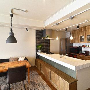 他の地域のコンテンポラリースタイルのおしゃれなキッチン (フラットパネル扉のキャビネット、中間色木目調キャビネット、白いキッチンパネル、茶色い床、白いキッチンカウンター、タイルカウンター、サブウェイタイルのキッチンパネル) の写真
