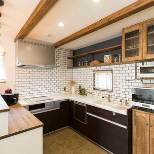 他の地域のコンテンポラリースタイルのおしゃれなキッチン (一体型シンク、フラットパネル扉のキャビネット、濃色木目調キャビネット、茶色い床、茶色いキッチンカウンター) の写真