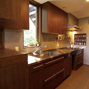 他の地域のミッドセンチュリースタイルのおしゃれなI型キッチン (一体型シンク、フラットパネル扉のキャビネット、中間色木目調キャビネット、ステンレスカウンター、茶色い床) の写真