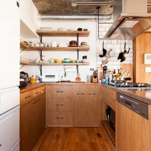 東京23区のアジアンスタイルのおしゃれなキッチン (フラットパネル扉のキャビネット、中間色木目調キャビネット、木材カウンター、無垢フローリング、茶色い床、茶色いキッチンカウンター) の写真