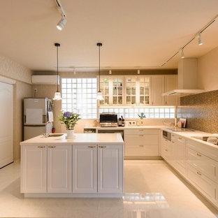 福岡のトラディショナルスタイルのおしゃれなキッチン (シングルシンク、落し込みパネル扉のキャビネット、白いキャビネット、白い床) の写真