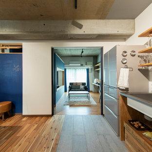 東京都下のインダストリアルスタイルのおしゃれなキッチン (一体型シンク、オープンシェルフ、ステンレスカウンター、緑のキッチンパネル、無垢フローリング) の写真