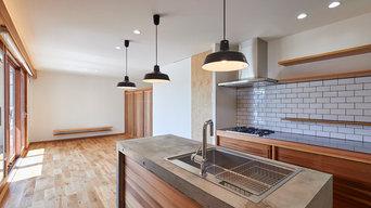 コンクリートと板張りのセンターキッチン