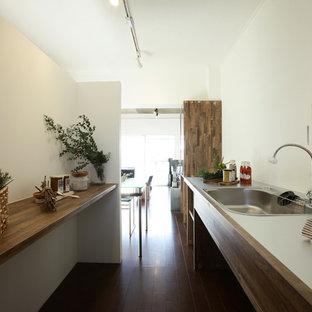 他の地域の北欧スタイルのおしゃれなキッチン (濃色無垢フローリング、茶色い床、オープンシェルフ、濃色木目調キャビネット、シルバーの調理設備の、シングルシンク、白いキッチンパネル) の写真