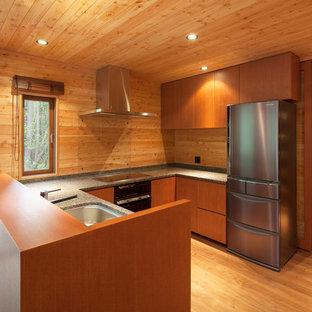 他の地域のコンテンポラリースタイルのおしゃれなペニンシュラキッチン (シングルシンク、フラットパネル扉のキャビネット、中間色木目調キャビネット、茶色いキッチンパネル、木材のキッチンパネル、無垢フローリング、茶色い床、茶色いキッチンカウンター) の写真