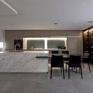 名古屋のコンテンポラリースタイルのおしゃれなキッチン (ベージュのキャビネット、タイルカウンター、白いキッチンパネル、セラミックタイルのキッチンパネル、黒い調理設備、白いキッチンカウンター) の写真
