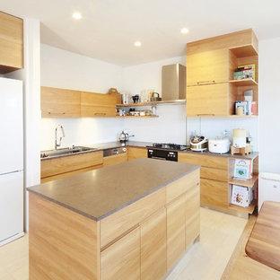 他の地域のコンテンポラリースタイルのおしゃれなキッチン (シングルシンク、フラットパネル扉のキャビネット、中間色木目調キャビネット、ステンレスカウンター、ベージュの床、グレーのキッチンカウンター) の写真