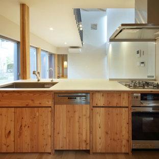 他の地域の中くらいのアジアンスタイルのおしゃれなキッチン (インセット扉のキャビネット、人工大理石カウンター、白いキッチンパネル) の写真