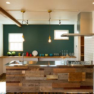 他の地域のカントリー調のキッチンの画像 (白いキッチンパネル、サブウェイタイルのキッチンパネル、シングルシンク、ステンレスカウンター、アイランド1つ)