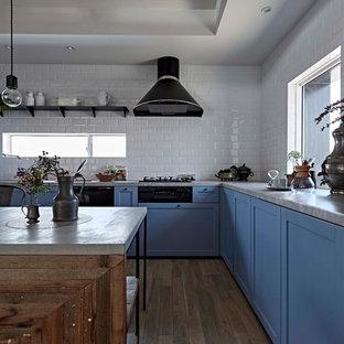 名古屋の北欧スタイルのおしゃれなキッチン (青いキャビネット、グレーのキッチンカウンター、落し込みパネル扉のキャビネット、白いキッチンパネル、塗装フローリング、グレーの床) の写真
