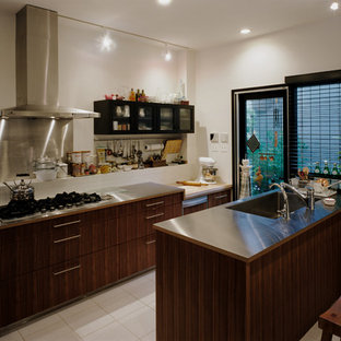 大阪の北欧スタイルのおしゃれなII型キッチン (シングルシンク、フラットパネル扉のキャビネット、濃色木目調キャビネット、ステンレスカウンター、白いキッチンパネル、セラミックタイルのキッチンパネル、アイランドなし、白い床) の写真