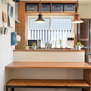 他の地域のインダストリアルスタイルのおしゃれなキッチン (淡色無垢フローリング、茶色い床) の写真
