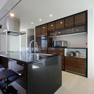 他の地域のモダンスタイルのおしゃれなキッチン (アンダーカウンターシンク、インセット扉のキャビネット、茶色いキャビネット、人工大理石カウンター、ガラスまたは窓のキッチンパネル、シルバーの調理設備の、合板フローリング、白い床、黒いキッチンカウンター) の写真