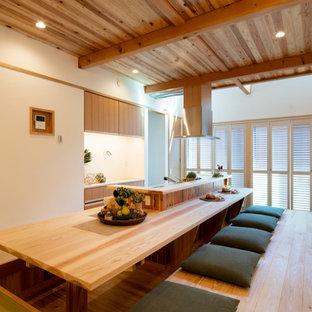 東京23区のアジアンスタイルのおしゃれなキッチン (フラットパネル扉のキャビネット、中間色木目調キャビネット、淡色無垢フローリング、ベージュの床) の写真