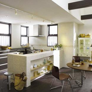 東京23区のアジアンスタイルのおしゃれなキッチン (塗装フローリング) の写真