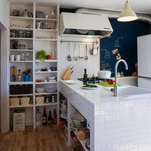他の地域の小さいインダストリアルスタイルのおしゃれなキッチン (シングルシンク、オープンシェルフ、タイルカウンター、無垢フローリング、茶色い床) の写真